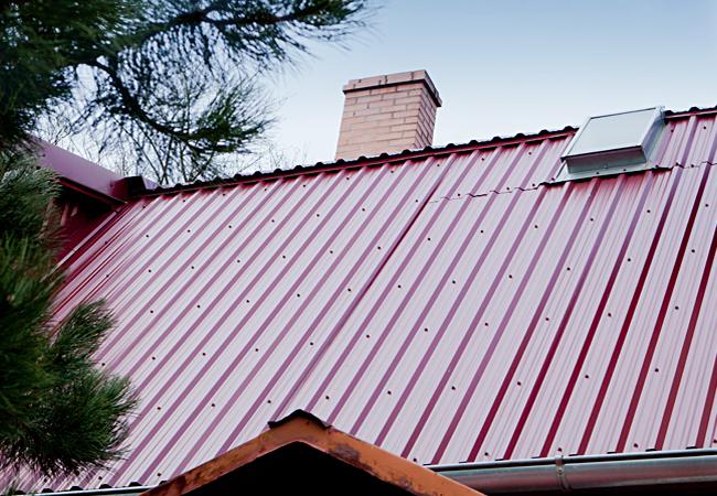 Красный профнастил на крыше в Ялте