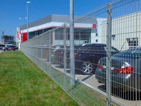 Ограждение автосалона в Ялте. 3Д забор из оцинкованной евросетки