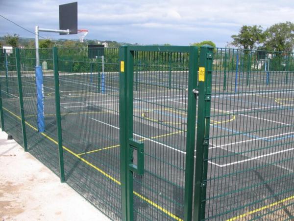 ограждение спортивной площадки сетчатым забором