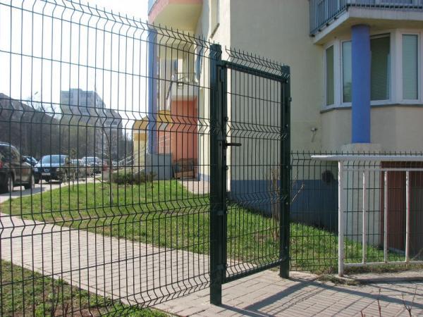 установили 3д забор с калиткой на входе в многоквартирный жилой комплекс