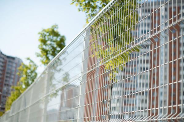 ограждение территории дома сетчатым забором