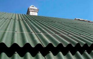 листы шифера на крыше здания в Евпатории