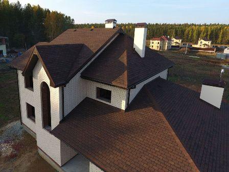 битумная черепица на крыше дома в Октябрьском