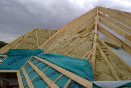 монтаж утеплителя на крыше дома в Советском