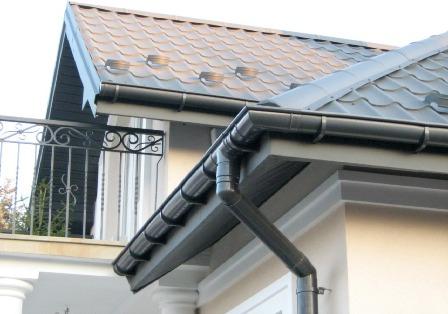 водосток из пластика на крыше дома в Черноморском