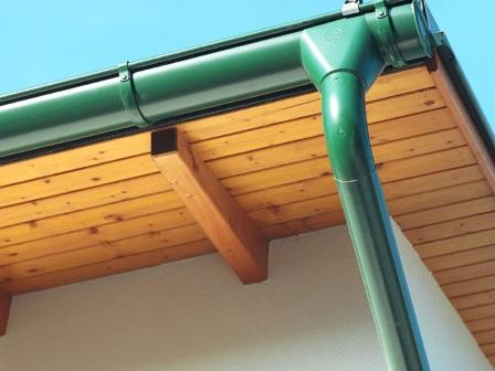 водостоки из металла на крыше дома