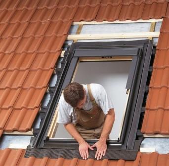 процесс установки мансардного окна Велюкс