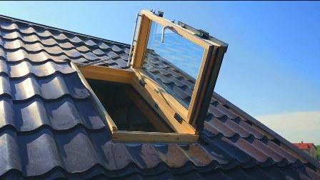 мансардное окно Velux в режиме проветривания