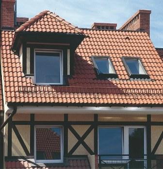 мансардные окна Velux на крыше дома в раздольном