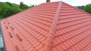 крыша из коричневой металлочерепицы