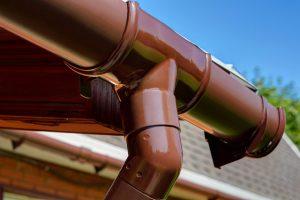 коричневая пластиковая водосточная система